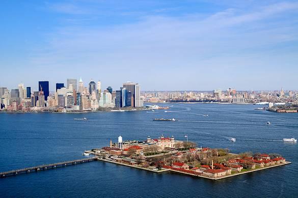 Photo d'Ellis Island avec Manhattan en arrière-plan