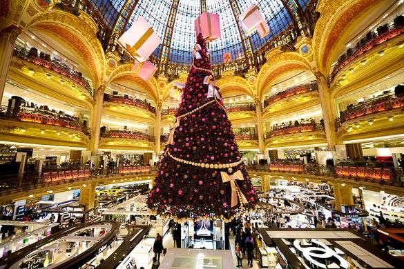 Photo des Galeries Lafayette et de leur sapin de Noël, à Paris