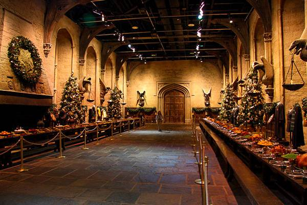 Photo du décor de la Grande Salle d'Harry Potter dans les studios Warner Bros à Londres.