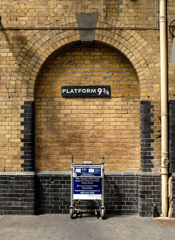 Photo de la plaque du quai 9 ¾ à la gare de King's Cross à Londres
