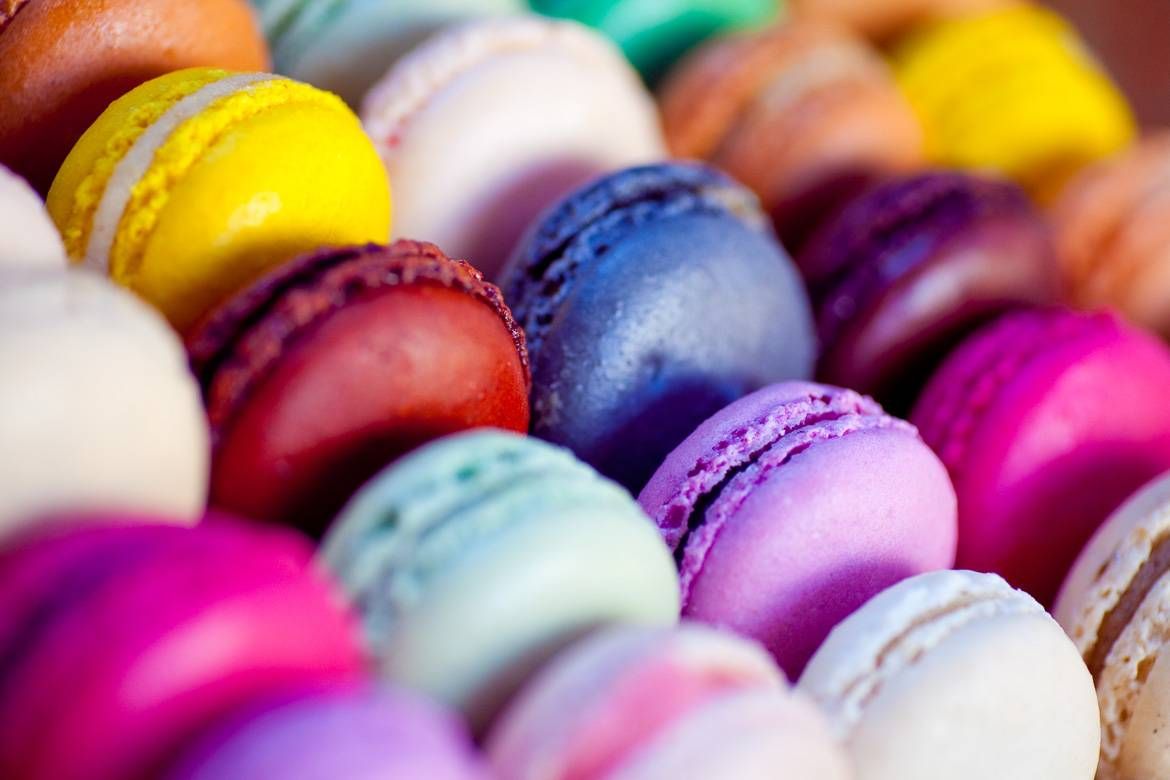 Photo de macarons français colorés