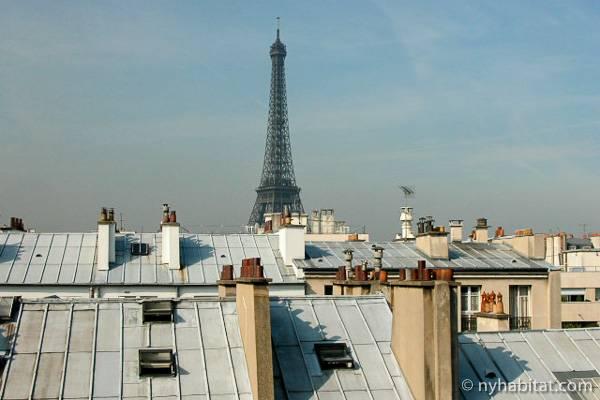 Photo de la tour Eiffel et des toits de Paris prise d'un studio T1 aux Invalides