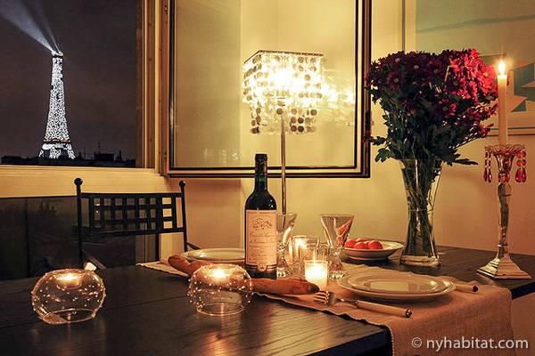 Photo d'une table pour dîner avec vue sur la tour Eiffel dans un studio T1 à Passy, Paris