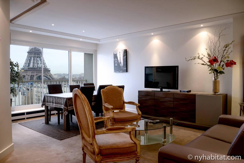Photo du salon d'un appartement T3 au Champ de Mars avec vue sur la tour Eiffel