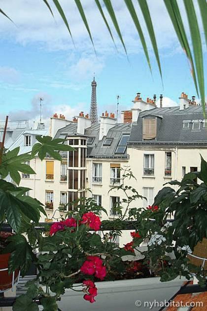 Photo des toits parisiens et de la tour Eiffel prise d'un appartement T3 aux Invalides
