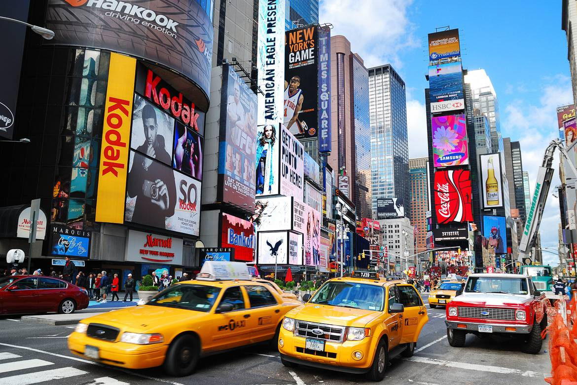 Photo des taxis roulant sur Times Square