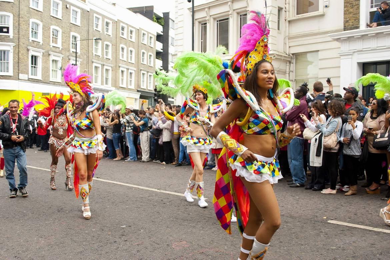 Photos de personnes défilant à la parade du carnaval de Notting Hill.