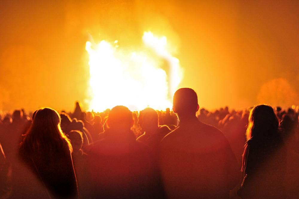 De nombreux feux de joie sont allumés un peu partout dans Londres le soir du 5 novembre.