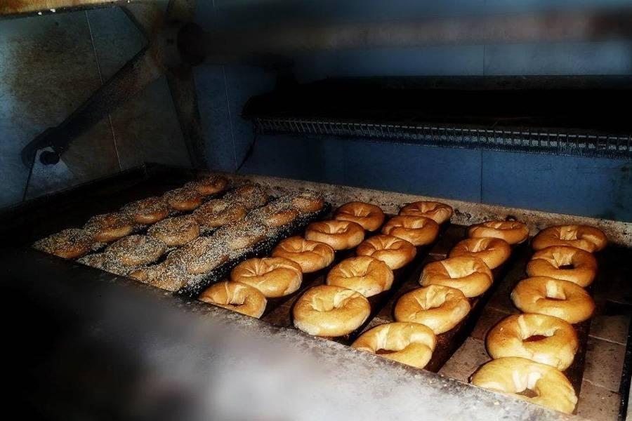 Photo d'une fournée de bagels dans le four