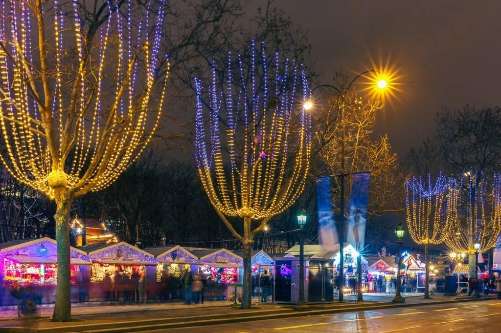 Photo du marché de Noël le long de l'avenue des Champs-Élysées