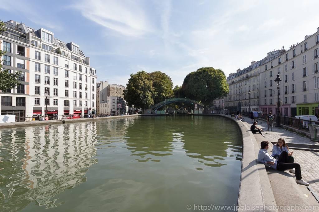 Le vieux Paris rencontre le Paris moderne dans les rues pavées du Marais