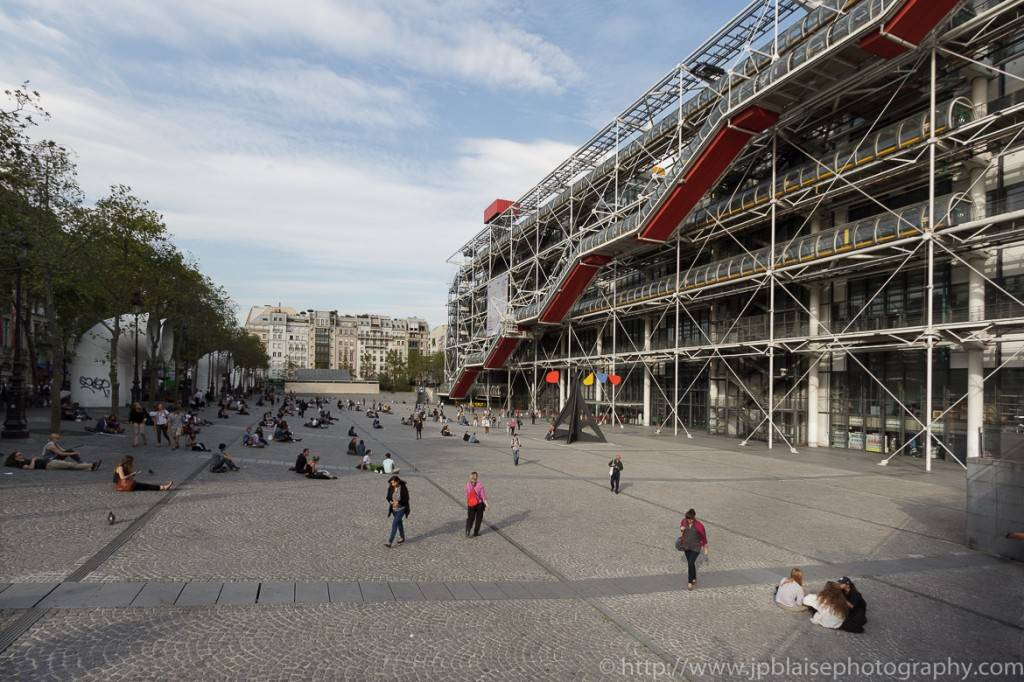Photo de la place Beaubourg devant le centre Pompidou à Paris