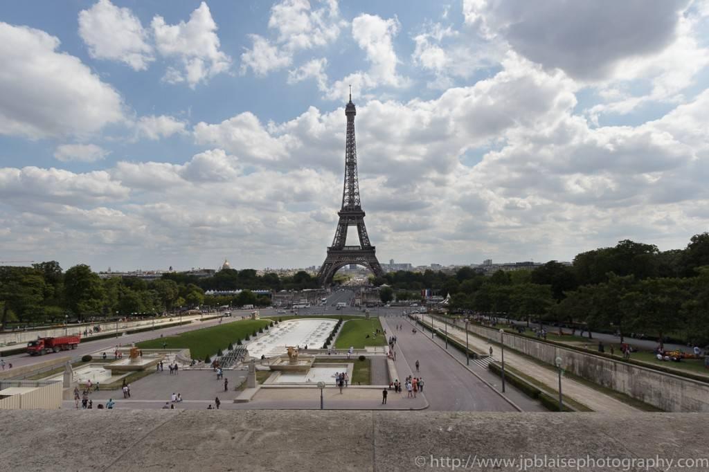 Photo de la tour Eiffel depuis la rive opposée de la Seine, dans le parc du Trocadéro
