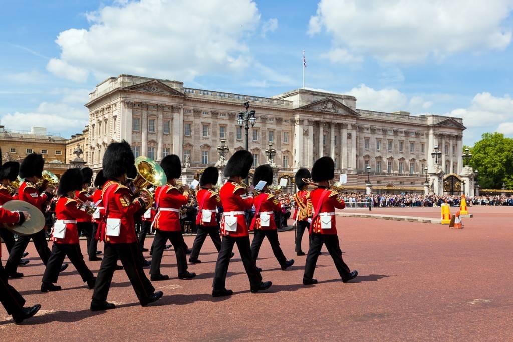 Photo d'un groupe de gardiens de la Tour de Londres lors de la relève de la garde au palais de Buckingham
