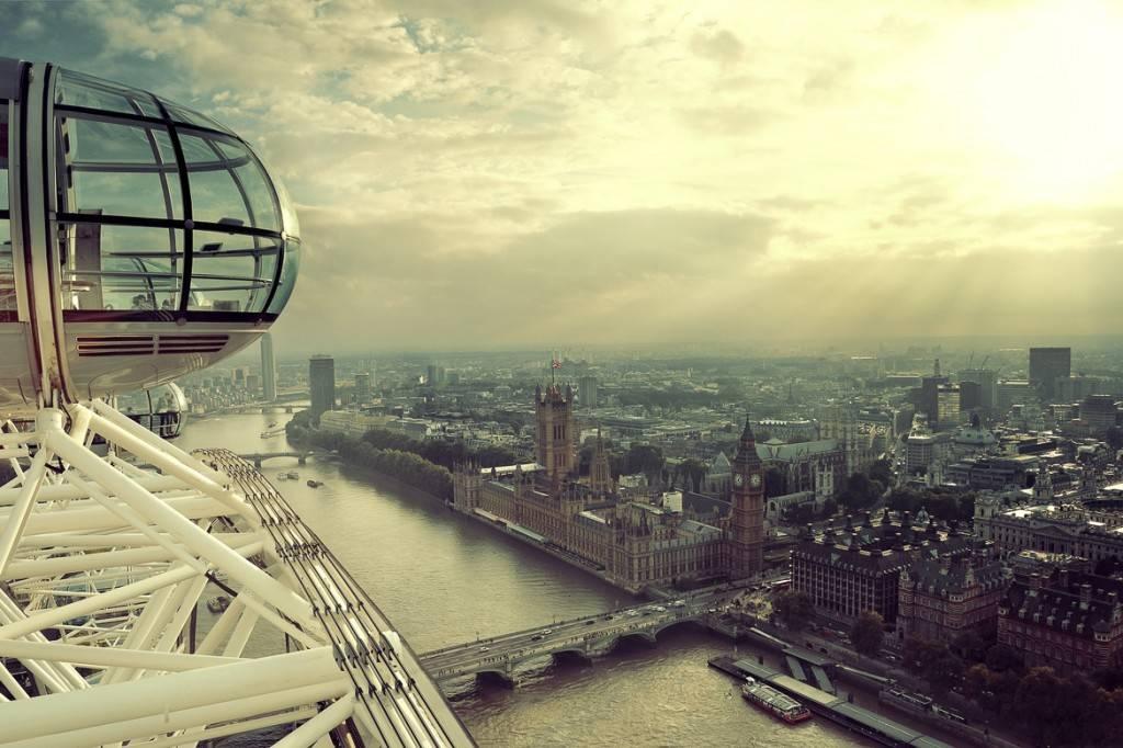 Photo de la grande roue du London Eye avec la Tamise et Westminster en fond