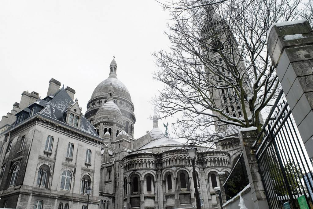 Photo de la Basilique du Sacré-Cœur recouverte de neige