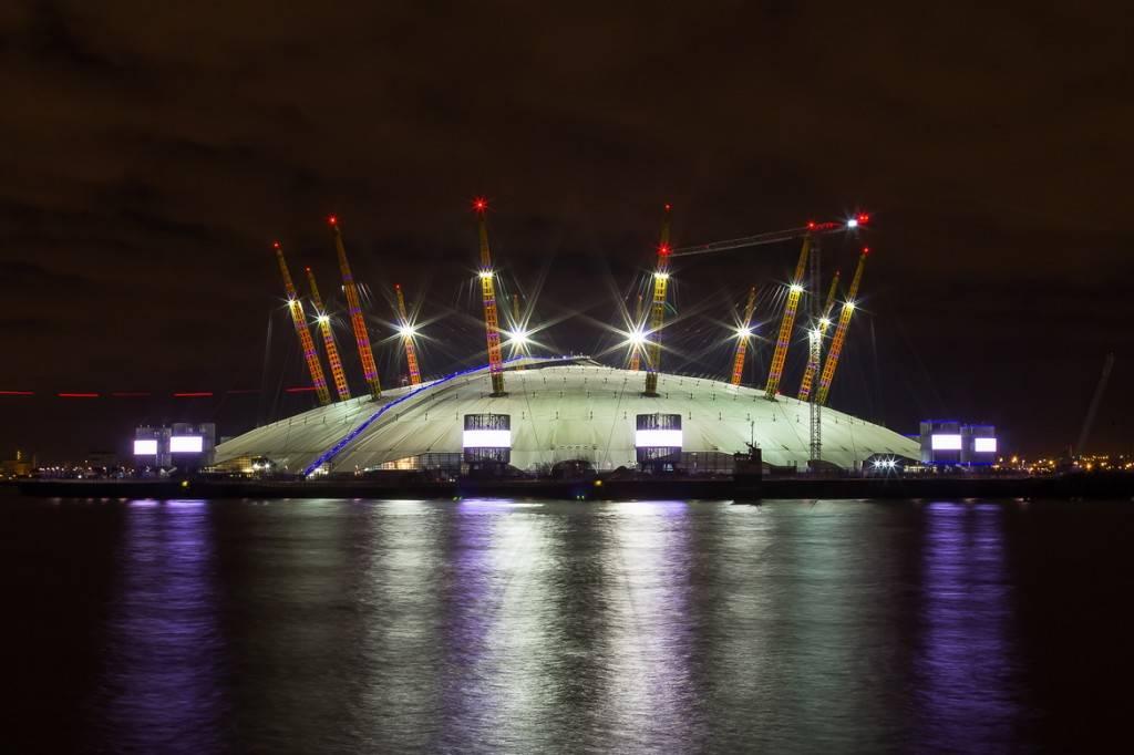Photo de nuit de l'O2 Arena, située dans le quartier de Greenwich à Londres