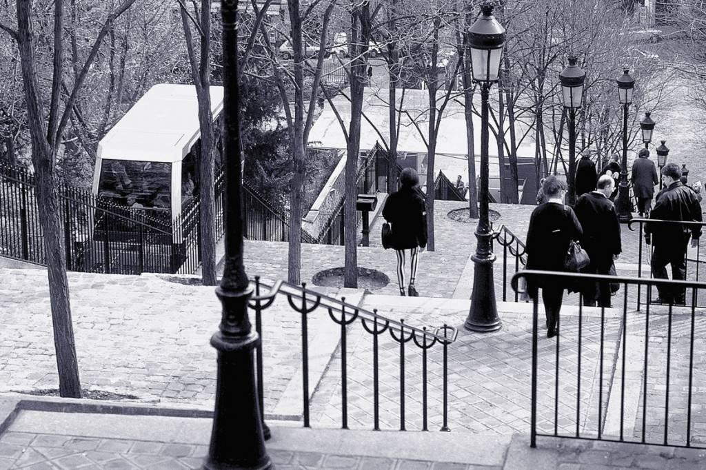 Photo en noir et blanc des escaliers et du funiculaire menant à Montmartre