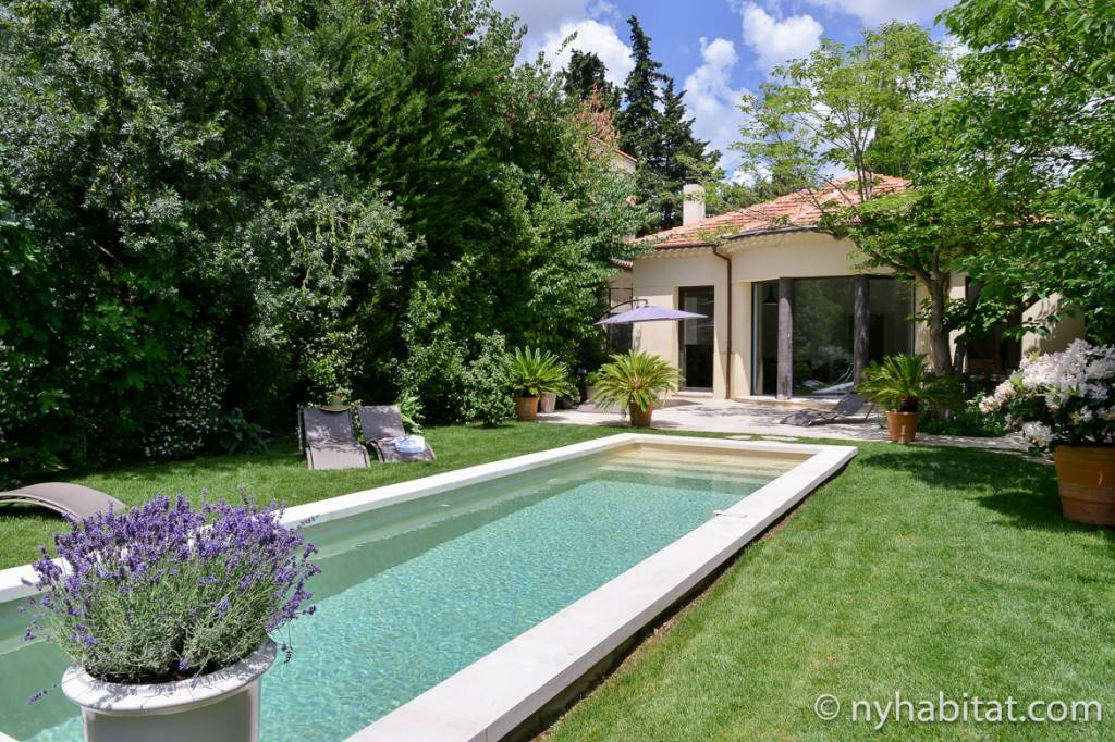 Image de la piscine et les arbres derrière la Villa Cézanne