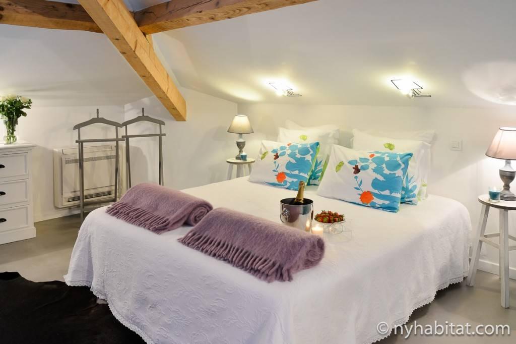 Photo d'une chambre à coucher qui se trouve à l'étage de la Villa Cézanne