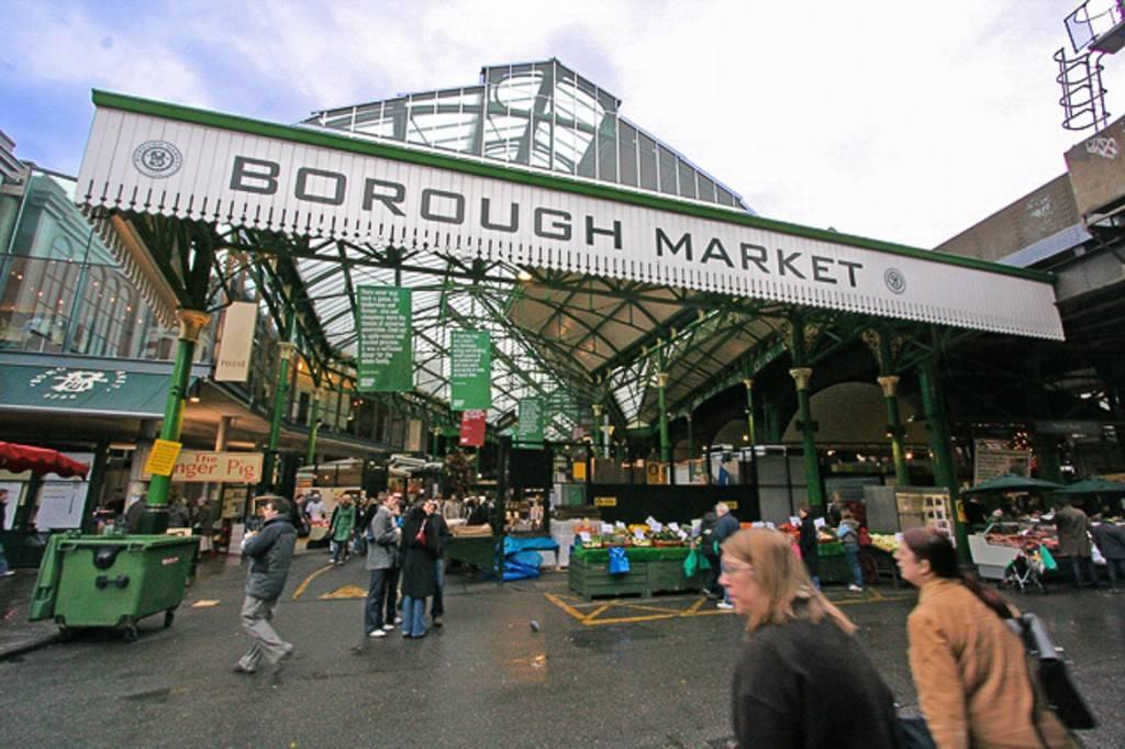 Photo de plusieurs personnes entrant dans le Borough Market
