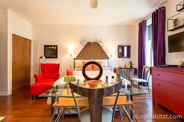 Photo de la pièce principale haute en couleurs de l'appartement NY-16336, pourvu d'un grand lit en 160