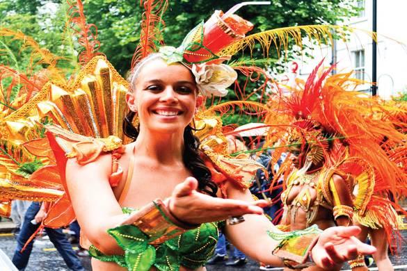 Photographie d'une danseuse dans un costume de carnaval des Caraïbes