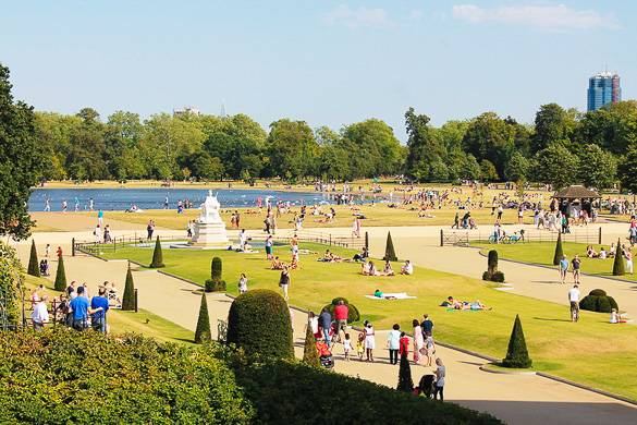 Photographie de pelouses, d'arbustes et de fontaines à Hyde Park