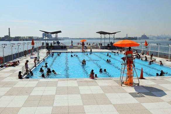 Photographie de la piscine flottante de Barretto Point Park avec l'East River en arrière-plan