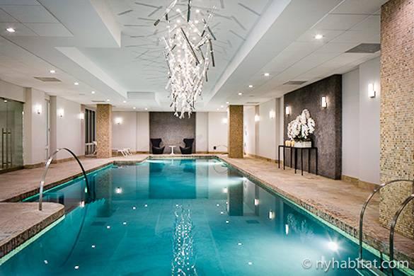 Photographie d'une piscine intérieure dans un immeuble de Midtown East