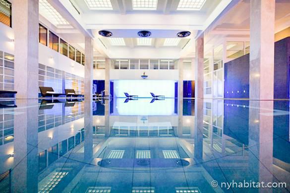 Photographie de la piscine dans l'immeuble où se trouve l'appartement T3 meublé LN-701