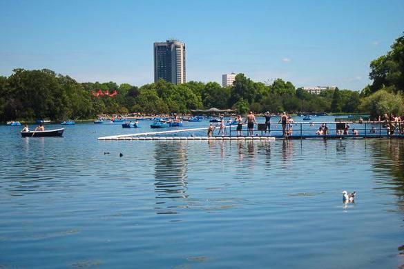 Photographie de baigneurs se tenant au bord du Serpentine Lido dans Hyde Park à Londres