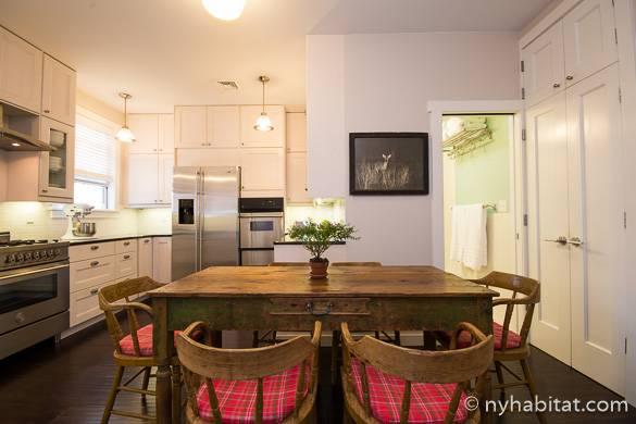 Photo de la grande cuisine de l'appartement NY-16264 équipée d'appareils électroménagers en acier inoxydable