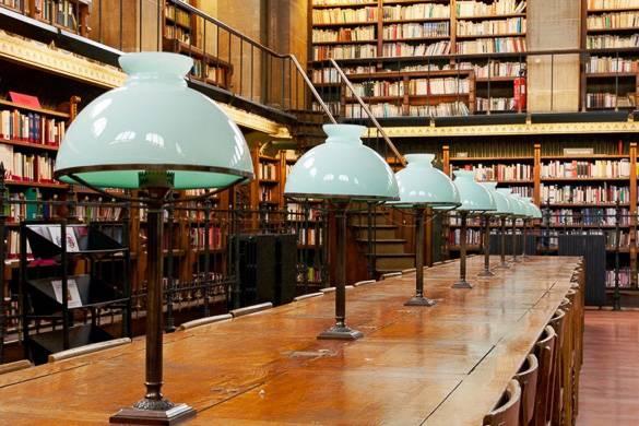 Photographie d'un bureau pour étudier à la bibliothèque Sainte-Geneviève