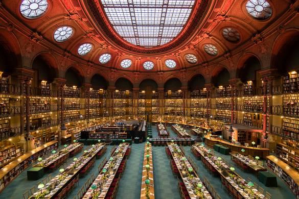 Photographie de la salle ovale de la bibliothèque Richelieu, avec son plafond en verre