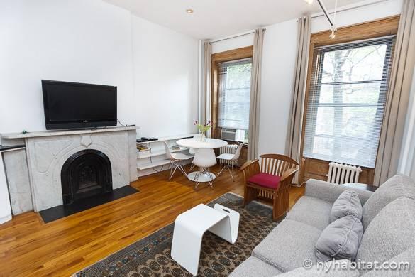 Photo du salon de l'appartement NY-14124 doté d'une cheminée et situé dans le quartier de Chelsea