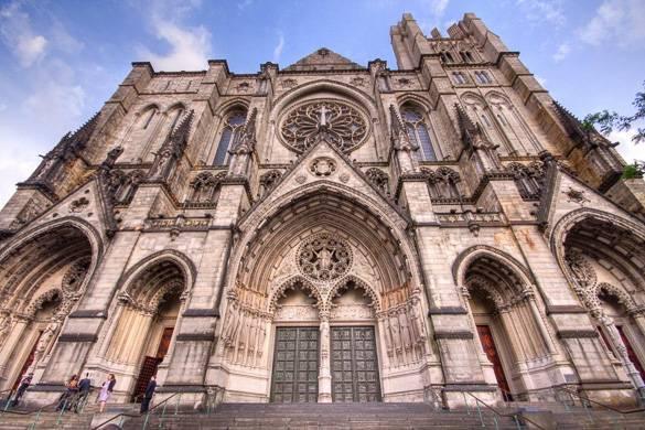 Photo de la façade de style gothique de la cathédrale St. John the Divine à Harlem
