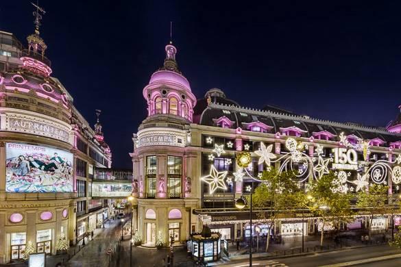 Photo de l'extérieur du grand magasin parisien Le Printemps orné d'illuminations de Noël blanches et roses