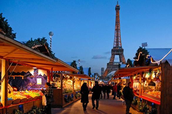 Photo d'un marché de Noël en plein air au pied de la tour Eiffel