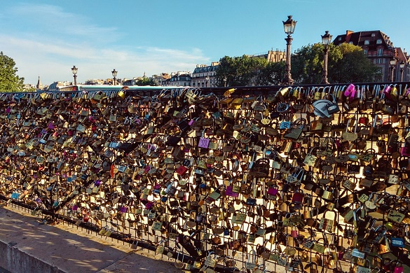 Photo du pont recouvert de cadenas à Paris
