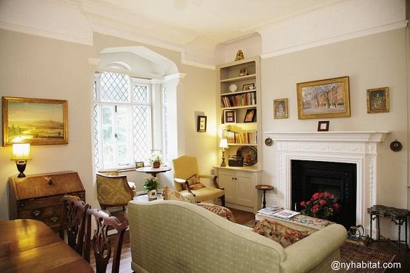 Photo du salon du LN-1666 avec canapé en face de la cheminée