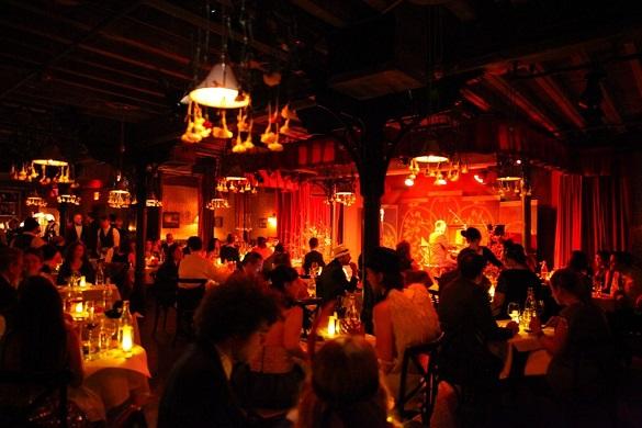 Photo d'un bar-restaurant sombre situé au théâtre de Sleep No More