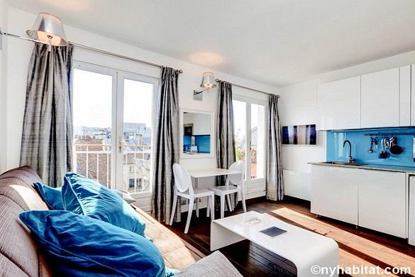 Photo du séjour de l'appartement PA-4565 avec des fenêtres qui donnent sur les toits de Paris