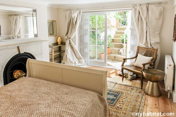 Photo de la chambre de l'appartement LN-1725 à Primrose Hill avec des portes-fenêtres qui s'ouvrent sur une terrasse