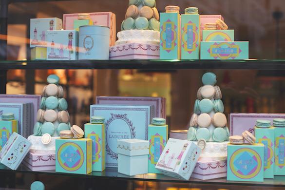 Photo de macarons de couleur pastel dans la vitrine de Ladurée