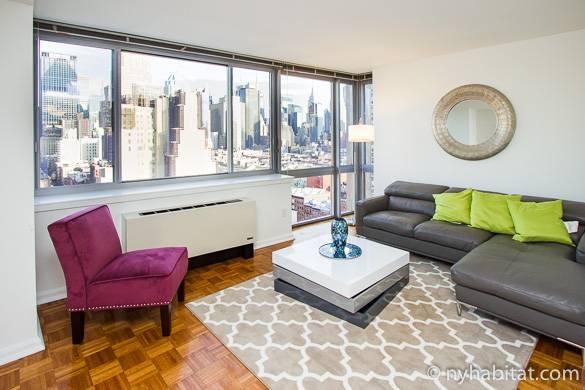 Photo du salon de l'appartement NY-16173 à Midtown West avec la vue de la skyline depuis la fenêtre