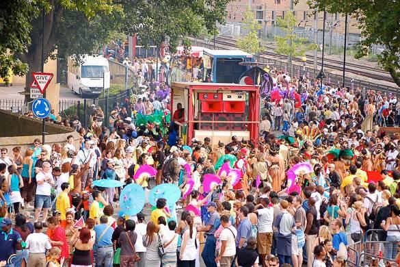 Photo de spectateurs et de personnes costumées au carnaval de Notting Hill