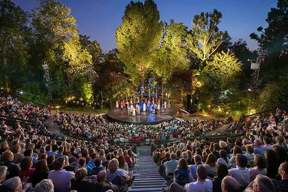 Photo d'une représentation sur une scène de théâtre dans un parc