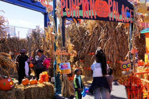 Photo d'enfants dans un carré de citrouilles avec du foin au Luna Park de Coney Island