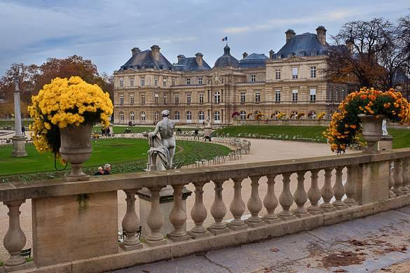 Photo du jardin du Luxembourg avec des sculptures au premier plan